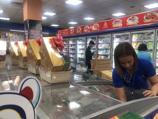 Vét sạch siêu thị sáng 30 Tết - Ảnh 2.