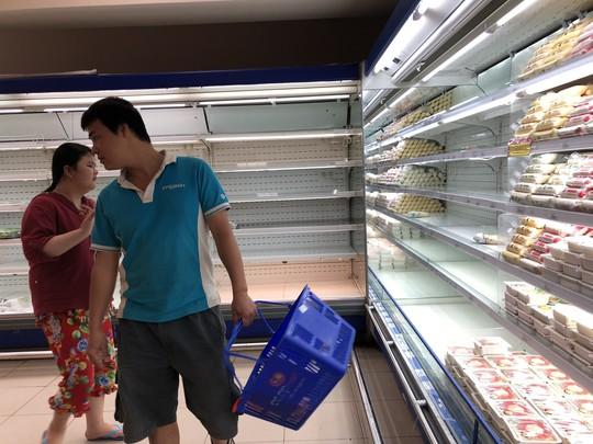 Vét sạch siêu thị sáng 30 Tết - Ảnh 3.