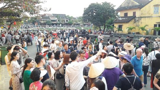 Đông nghịt du khách quốc tế đổ về phố cổ Hội An đón tết Kỷ Hợi 2019 - Ảnh 19.