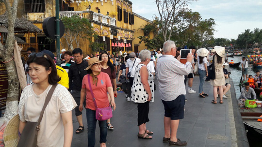 Đông nghịt du khách quốc tế đổ về phố cổ Hội An đón tết Kỷ Hợi 2019 - Ảnh 21.