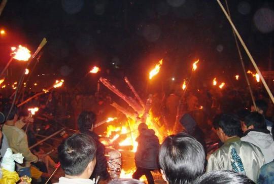 Độc đáo tục xin lửa đêm giao thừa ở ngôi làng cổ gần 400 năm - Ảnh 6.