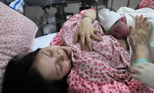 Ngắm nhìn công dân đầu tiên chào đời đúng 0 giờ 00 phút năm Kỷ Hợi - Ảnh 1.