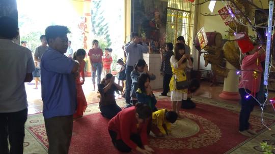 """Người dân """"đảo ngọc"""" Phú Quốc chen chân đi lễ chùa ngày đầu năm - Ảnh 3."""