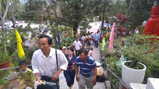 """Người dân """"đảo ngọc"""" Phú Quốc chen chân đi lễ chùa ngày đầu năm - Ảnh 1."""