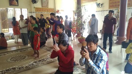 """Người dân """"đảo ngọc"""" Phú Quốc chen chân đi lễ chùa ngày đầu năm - Ảnh 4."""