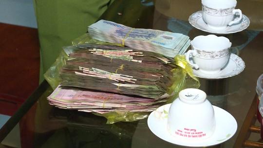 Mùng 1 Tết, 2 người dân nhặt được 120 triệu đồng và trả cho người đánh rơi - Ảnh 1.