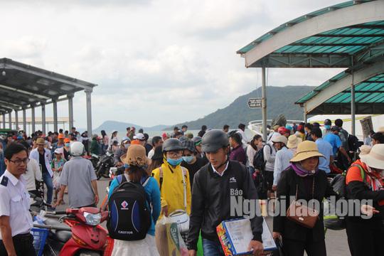Mùng 2 Tết, du khách ồ ạt đổ ra Phú Quốc tham quan, nghỉ dưỡng - Ảnh 3.