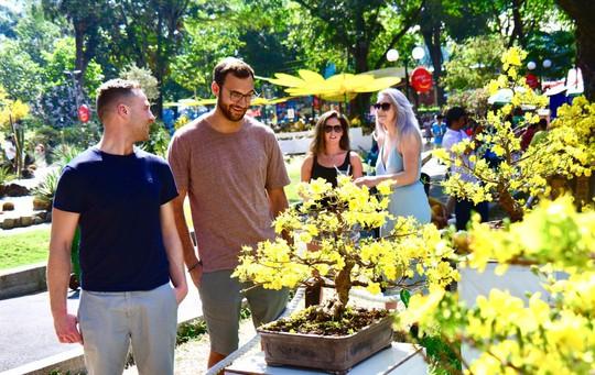 Du khách nước ngoài ca ngợi Hội Hoa Xuân Tao Đàn - Ảnh 2.