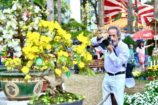 Du khách nước ngoài ca ngợi Hội Hoa Xuân Tao Đàn - Ảnh 3.
