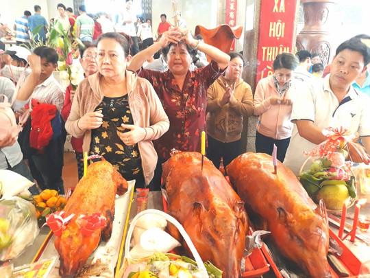 Kẹt cứng đường vào ngôi miếu lớn nhất Việt Nam - Ảnh 14.