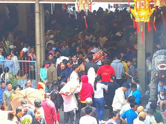Kẹt cứng đường vào ngôi miếu lớn nhất Việt Nam - Ảnh 11.