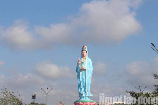 Mùng 4 Tết, Quán Âm Phật Đài ở Bạc Liêu quá tải lượng khách hành hương - Ảnh 4.