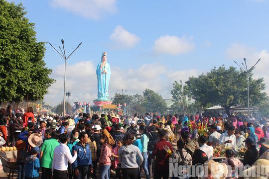 Mùng 4 Tết, Quán Âm Phật Đài ở Bạc Liêu quá tải lượng khách hành hương - Ảnh 5.