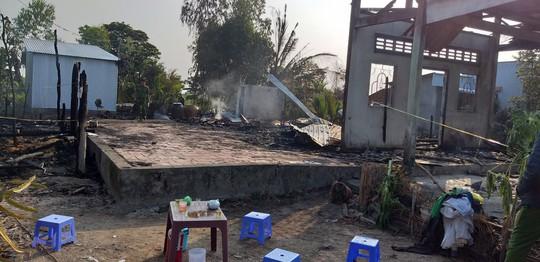 Cháy trong đêm, 3 căn nhà ra tro, 1 người bệnh tử vong do không thoát kịp - Ảnh 1.