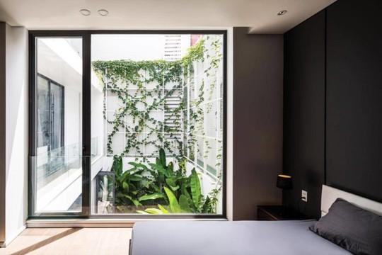 Phòng khách thông hai đầu ra vườn ở biệt thự  - Ảnh 8.