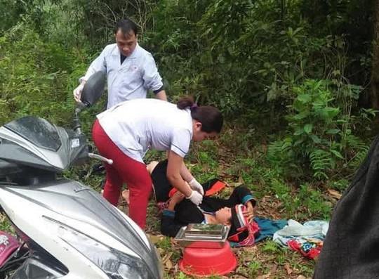 Bác sĩ phóng xe máy đến bìa rừng giúp sản phụ vượt cạn giữa đường - Ảnh 1.