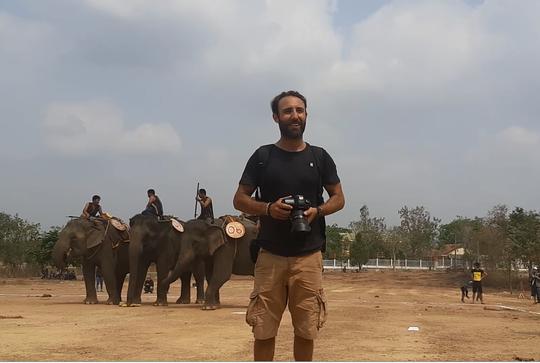 Hàng ngàn người đội nắng xem voi dự tiệc buffet, đá bóng, chạy đua - Ảnh 13.