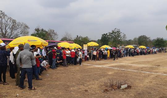 Hàng ngàn người đội nắng xem voi dự tiệc buffet, đá bóng, chạy đua - Ảnh 15.
