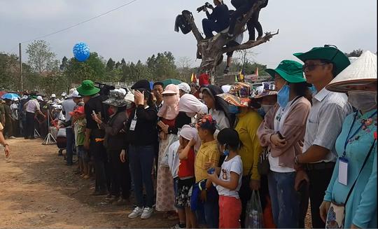 Hàng ngàn người đội nắng xem voi dự tiệc buffet, đá bóng, chạy đua - Ảnh 14.