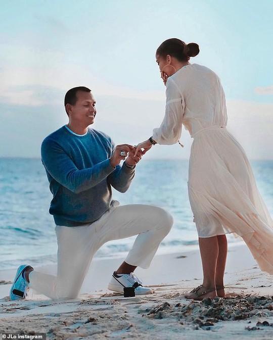 Jennifer Lopez gây sốt khi tung loạt ảnh được cầu hôn - Ảnh 1.