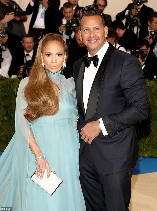 Jennifer Lopez gây sốt khi tung loạt ảnh được cầu hôn - Ảnh 6.