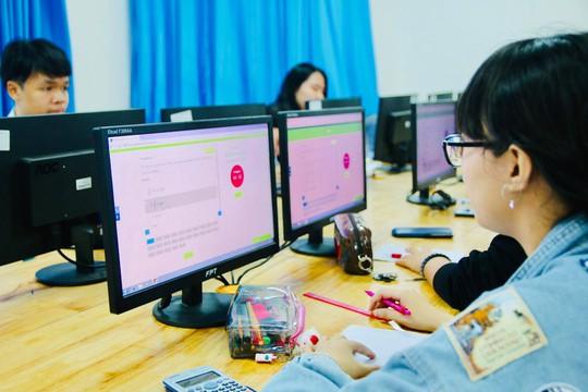 Trường đầu tiên tại TP HCM thi giữa kỳ bằng trắc nghiệm trên máy tính - Ảnh 2.