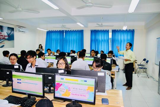Trường đầu tiên tại TP HCM thi giữa kỳ bằng trắc nghiệm trên máy tính - Ảnh 3.