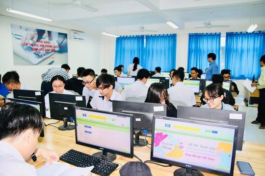 Trường đầu tiên tại TP HCM thi giữa kỳ bằng trắc nghiệm trên máy tính - Ảnh 1.