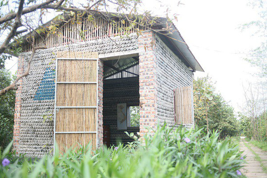 Một ngôi nhà tuyệt đẹp xây bằng 8.800 vỏ chai nhựa - Ảnh 1.