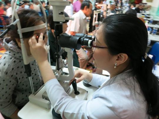 Bệnh viện Mắt TP HCM tầm soát miễn phí bệnh cườm nước - Ảnh 1.