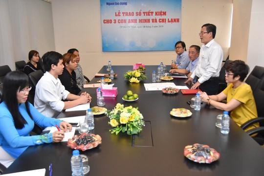 Vụ tai nạn giao thông thương tâm ở Bình Dương: Báo Người Lao Động trao sổ tiết kiệm cho 3 cháu nhỏ - ảnh 3