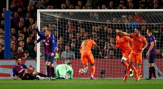 Ronaldo gọi, Messi trả lời với dấu giày trong 4 bàn của Barcelona - Ảnh 5.