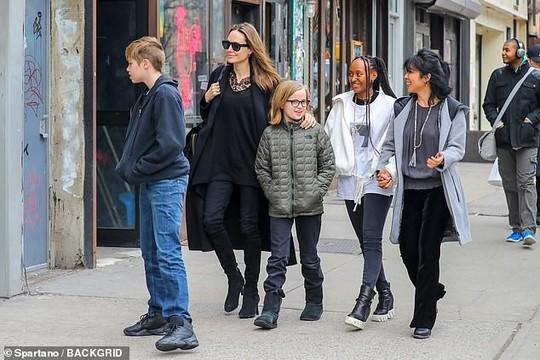 6 nhóc tì nhà Angelina Jolie càng lớn càng sành điệu - Ảnh 4.