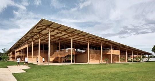 Độc lạ ngôi trường bằng gỗ và gạch bùn - Ảnh 1.