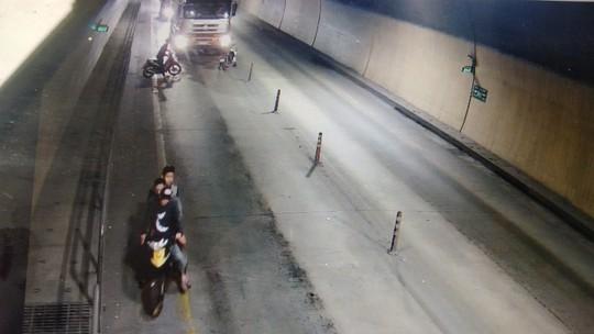 Thu giữ hung khí nhóm thanh niên tấn công xe tải trong hầm đường bộ - ảnh 2