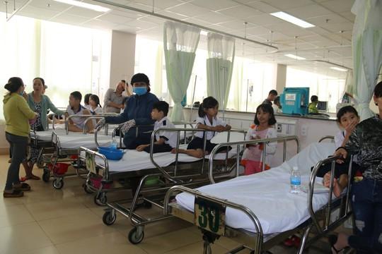 38 học sinh được đưa đến bệnh viện khẩn cấp sau bữa tiệc sinh nhật - Ảnh 1.