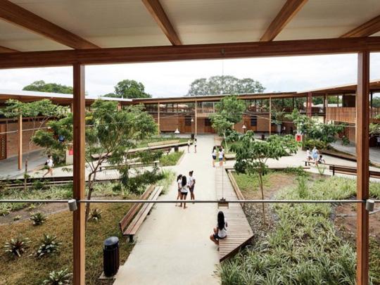 Độc lạ ngôi trường bằng gỗ và gạch bùn - Ảnh 2.