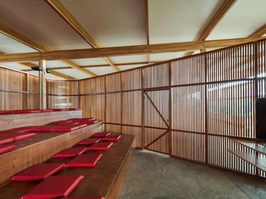 Độc lạ ngôi trường bằng gỗ và gạch bùn - Ảnh 3.