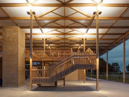 Độc lạ ngôi trường bằng gỗ và gạch bùn - Ảnh 6.