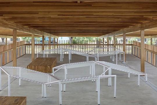 Độc lạ ngôi trường bằng gỗ và gạch bùn - Ảnh 8.