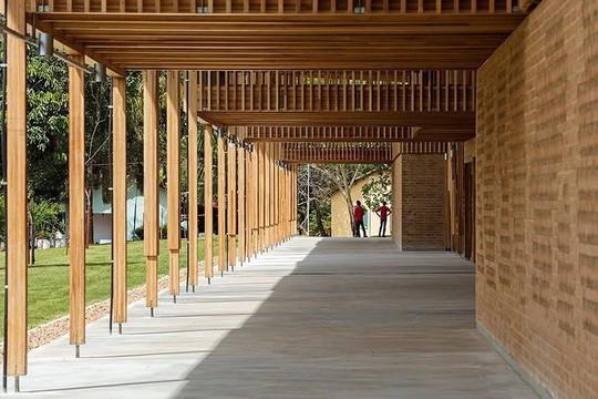 Độc lạ ngôi trường bằng gỗ và gạch bùn - Ảnh 9.