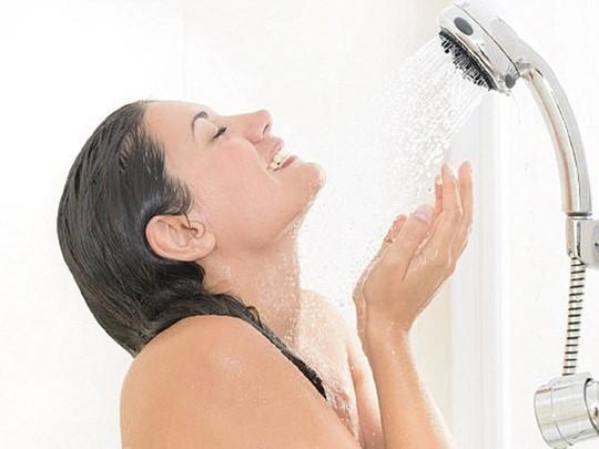 5 lợi ích bất ngờ của việc tắm nước lạnh mỗi ngày - Ảnh 1.