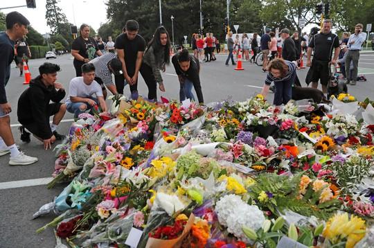 New Zealand: Nghi phạm vụ xả súng im lặng khi ra tòa - Ảnh 1.