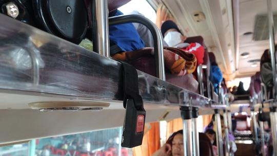 CSGT TP HCM phạt tài xế, nhắc nhở hành khách không cài dây an toàn - Ảnh 2.