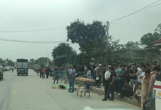Va chạm với xe ôtô tải, thanh niên đi xe máy văng xuống đường chết thảm - Ảnh 1.