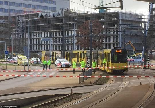 Xả súng trên tàu điện ở Hà Lan nghi khủng bố, nghi phạm đã bỏ trốn - Ảnh 1.