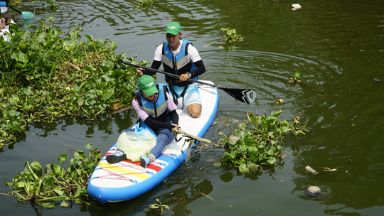 Tình nguyện vớt rác trên sông: Không ai... cấp phép! - Ảnh 2.