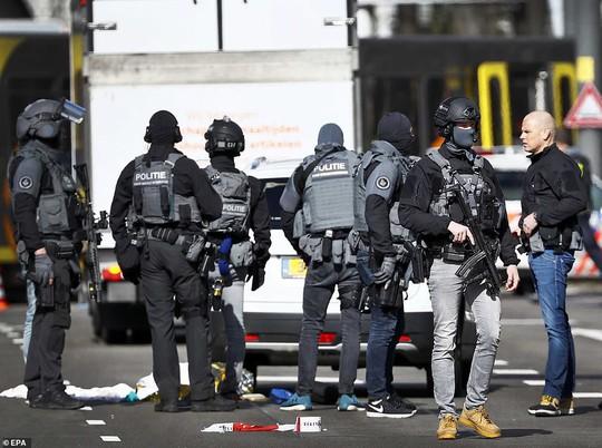 Xả súng trên tàu điện ở Hà Lan nghi khủng bố, nghi phạm đã bỏ trốn - Ảnh 2.