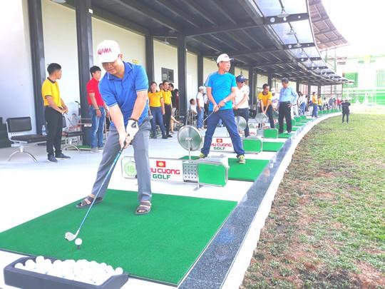 Cư dân đảo nhân tạo đầu tiên ở miền Tây phát cuồng với sân golf mới lạ - Ảnh 3.