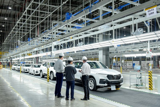 VinFast đưa 155 ô tô Lux ra nước ngoài kiểm thử - Ảnh 1.